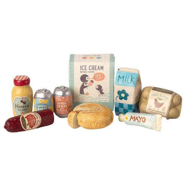 Maileg grocery box - Mailegin hauska ruokatarvikelaatikko jossa jäätelöpaketti, maitotölkki, kananmunapakkaus, juustoa, limsaa ym. pieniä ruokapakkauksia pilkullisessa laatikossa.
