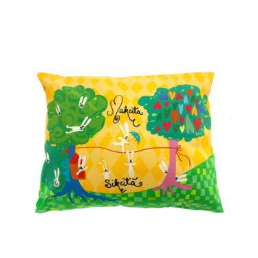 Kotimainen Virkkukoukkusen värikäs tyynyliina Makeita sikeitä -tekstillä ja kauniilla keltaisella Pupu-kuosilla.