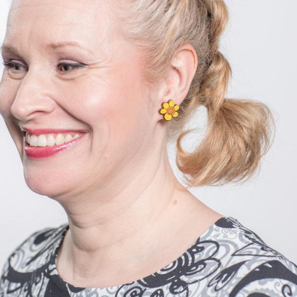 Kauniit Suomessa suunnitellut ja valmistetut puiset nappikorvakorut Kukkaralla-kuosin keltaisilla kukilla.
