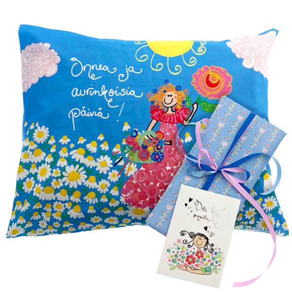 Virkkukoukkusen kevätlahja - ihana lahjapaketti opettajalle, päiväkodinhoitajalle tai ystävälle. Ihana tyynyliina, paketointi ja käsinkirjoitettu kortti.
