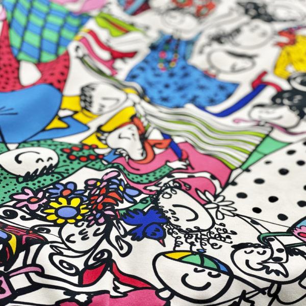 Värikäs Popukalla-kuosi, jossa seikkailee iloinen joukko Koukkushahmoja trikookankaassa.