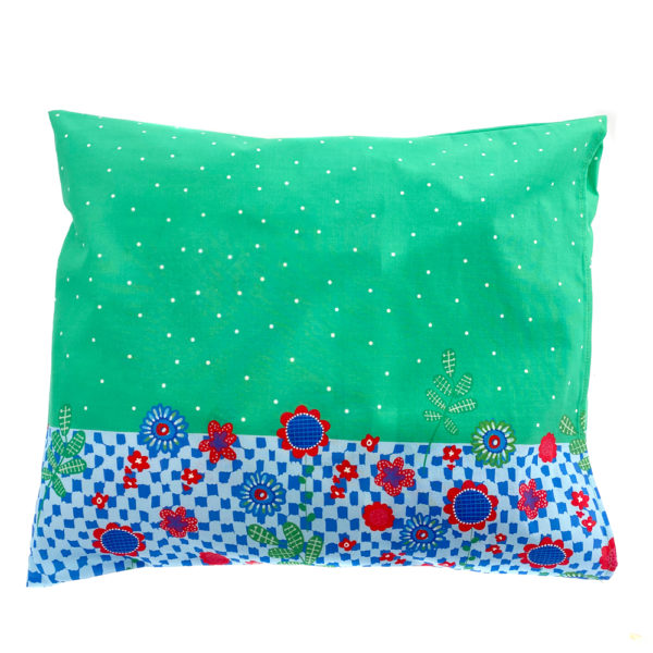 Kotimainen Virkkukoukkusen värikäs tyynyliina Projektit voi olla vaiheessa mut muuten on kaikki hallinnassa -tekstillä ja kauniilla vihreällä kuosilla.