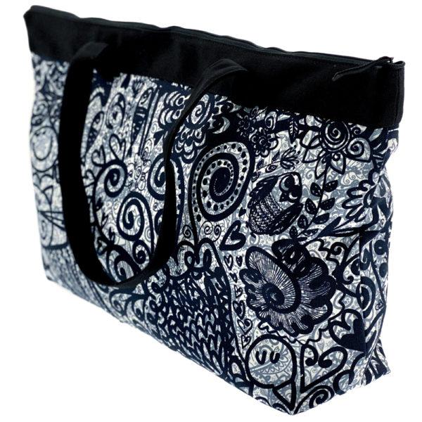 Virkkukoukkusen suunnittelema Suomessa tehty Reilu-laukku vetoketjullisella sisätaskulla. Kuosina kaunis musta-valko-harmaa Maxikumu.