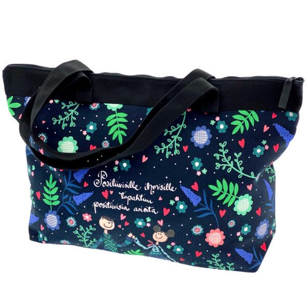 Virkkukoukkusen suunnittelema Suomessa tehty Reilu-laukku vetoketjullisella sisätaskulla. Kauniilla mustapohjaisella kukkakuosilla jossa teksti Positiivisille ihmisille tapahtuu positiivisia asioita.