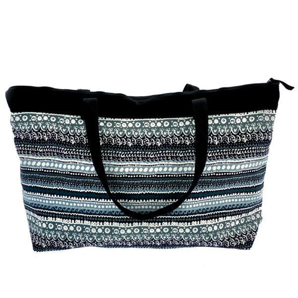 Virkkukoukkusen suunnittelema Suomessa tehty Reilu-laukku vetoketjullisella sisätaskulla. Kuosina kaunis musta-valko-harmaa Rekko.