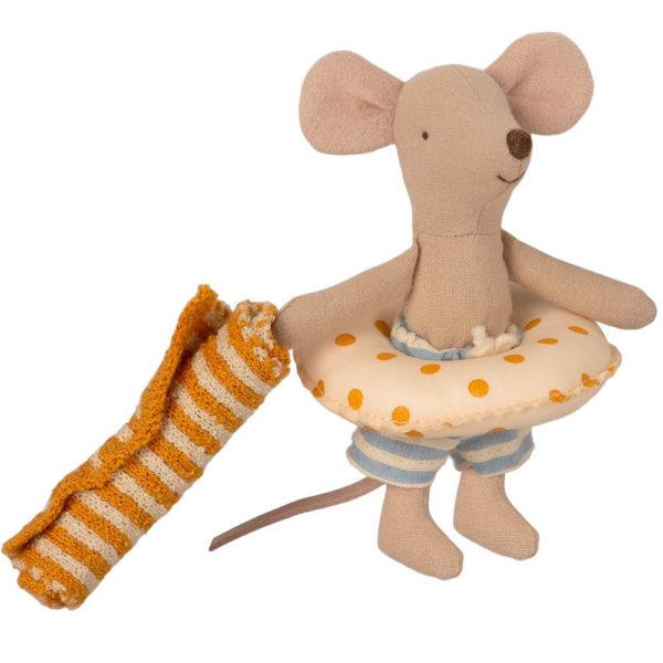 Mailegin mintunvihreä uimakoppi ja hiiri uimahousuissa keltapilkkuisen uimarenkaan ja kelta-valkoraitaisen rantapyyhkeen kanssa.
