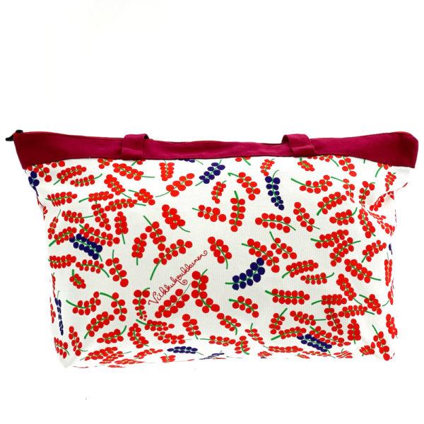 Virkkukoukkusen suunnittelema Suomessa tehty Reilu-laukku vetoketjullisella sisätaskulla. Kuosina kaunis valkopohjainen Herkkuherukka ja puolukanpunaiset kantohihnat.