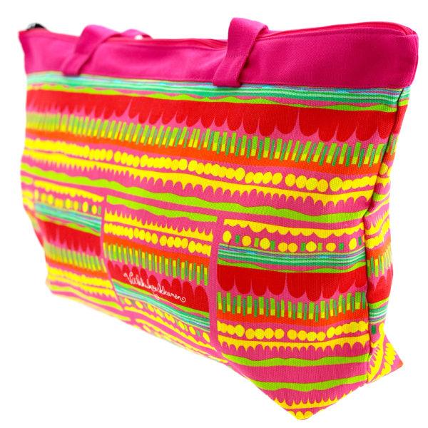 Virkkukoukkusen suunnittelema Suomessa tehty Reilu-laukku vetoketjullisella sisätaskulla. Kuosina iloisen värikäs Optimisti pinkeillä kahvoilla.
