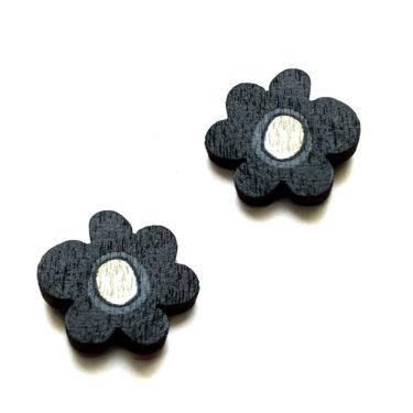 Kauniit Suomessa suunnitellut ja valmistetut puiset nappikorvakorut Kukkaralla-kuosin mustilla kukilla.