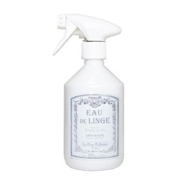 Le Pere Pelletierin puuterintuoksuinen silityssuihke kauniissa valkoisessa pullossa.