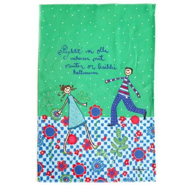 """Kotimainen Virkkukoukkusen ihana puolipellavainen keittiöpyyhe vihreällä kuosilla, jossa seikkailee tyttö ja poika ja tekstinä """"Projektit voi olla vaiheessa mut muuten on kaikki hallinnassa!""""."""