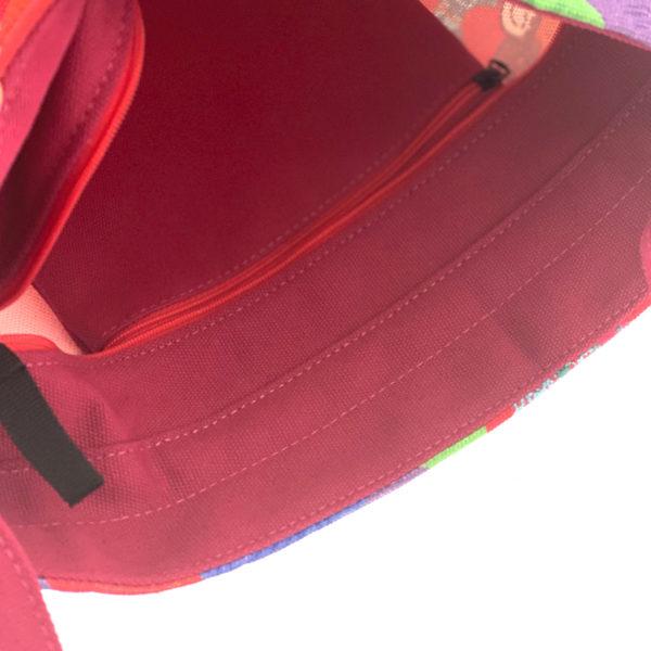 Ihana kotimainen Virkkukoukkusen punainen Aikku-laukku Kässä-kuosilla. Suomessa valmistetussa näpsässä laukussa on säädettävä olkahihna ja se on 100% puuvillaa.