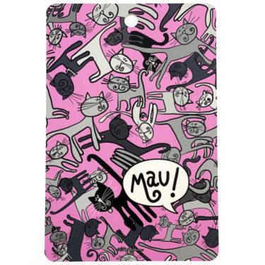 Kotimaisesta koivusta kotimaassa tehty leikkuulauta pinkillä Kisumisu-kuosilla. Reikä ripustamista varten. Ihana kuva on molemmin puolin leikkuulautaa.