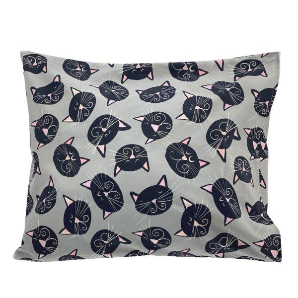 """Kotimainen Virkkukoukkusen ihana tyynyliina harmaalla Mustat kissat -kuosilla """"Mau!"""" -tekstillä."""