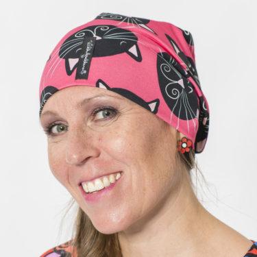 Virkkukoukkusen trikoopipo pinkillä Mustat kissat-kuosilla. Kaksinkertainen pipo on ommeltu kotimaassa Virkkukoukkusen suunnittelemasta todella miellyttävän tuntuisesta trikoosta.