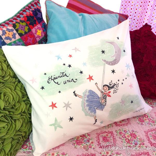 """Virkkukoukkusen kotimainen keinuva tyttö tyynyliina """"Kauniita unia"""" tekstillä. Sillä on avainlippu ja Design from Finland-merkki. 100% puuvillaa."""